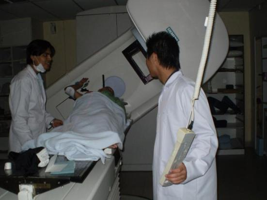 in linac room.. yg kiri tuh radiographer dr india..