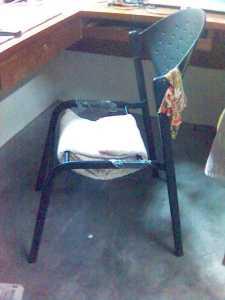 inilah kerusi yg dah di modified... lilit2 kain selimut.. tp.. lama2, terjerluih juga bumper.. heheheh..